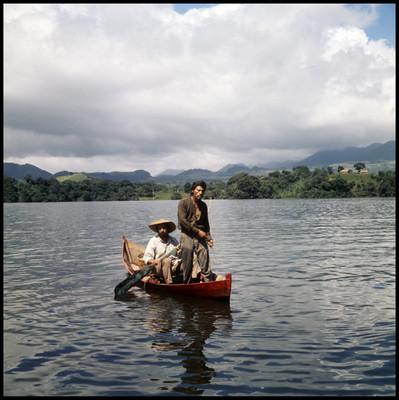 Salvador Sánchez y Rodrigo Puebla abordo de una canoa
