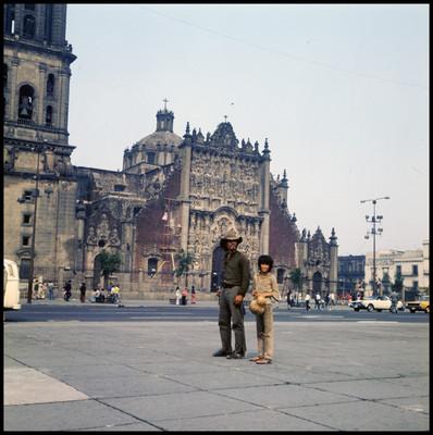 Rodrigo Puebla y Pinolillo durante la grabación de una escena en el Zocalo del a Ciudad de México