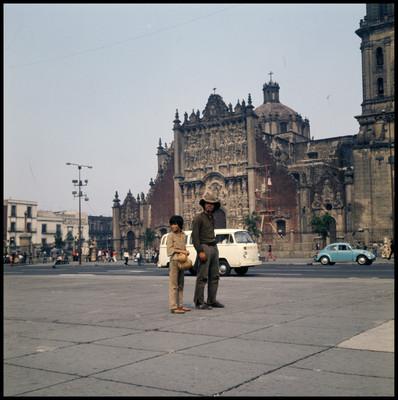 Rodrigo Puebla y Pinolillo durante la grabación de una escena en eL Zócalo de la ciudad de México