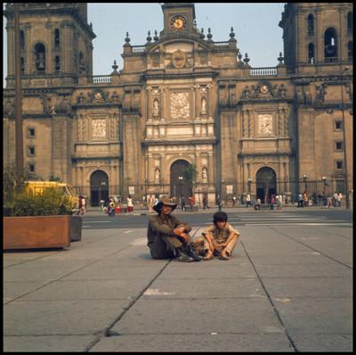 """Rodrigo Puebla y """"Pinolillo"""" sentados en el zócalo de la ciudad de México, escena de la película"""