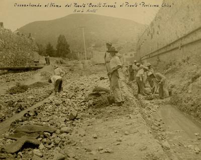 Trabajadores desazolvan el tramo del puente Benito Juárez al puente Purisíma Chica de sur a norte
