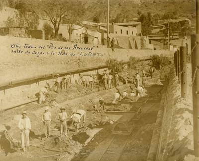 """Trabajadores desazolvan el Río de las Avenidas """"antes de llegar a la Hacienda de Loreto"""""""