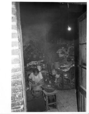 Mujer al interior de una cocina