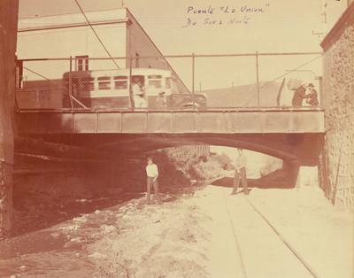 """Personas cruzan el """"Puente La Unión"""""""