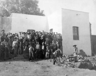 Grupo de trabajadores al exterior de edificio, retrato de grupo