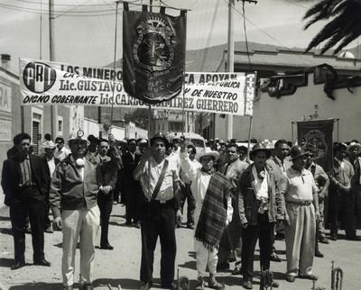 Mineros desfilan en apoyo al gobierno de Díaz Ordaz