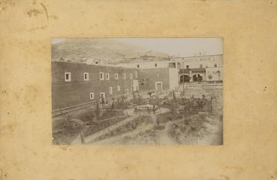 Vista del Hospital Municipal y el jardín Bartolomé de Medina