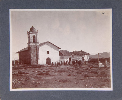 Gente al exterior de la iglesia de Santa Ana Hueytlalpan