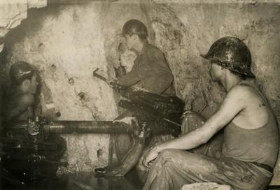 Mineros realizan perforaciones en un tunel