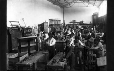 Alumnos en el taller de carpintería