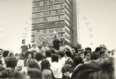 """Manifestantes escuchan a Salvador Martínez """"El Pino"""" al micrófono, frente a la torre de rectoría"""
