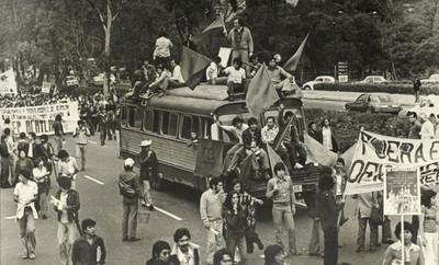 Estudiantes y trabajadores Universitarios en marcha por las calles en conmemoración del Movimiento del 68'
