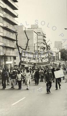 Contingente de trabajadores del INEN en marcha por las calles