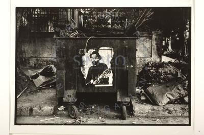 Tanque de basura con poster de Carlos Varela