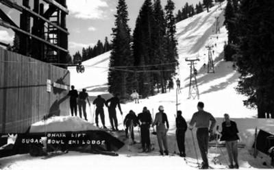 Esquiadores esperando sun monoriel