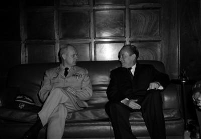 Manuel López Dávila conversando con un militar en la sala de una oficina