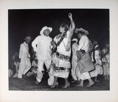 Parejas interpretan una danza de Yucatán