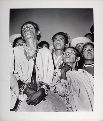 Grupo de indígenas otomíes en un evento público