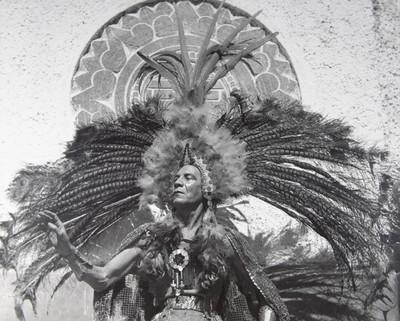 Danzante indígena con un gran penacho