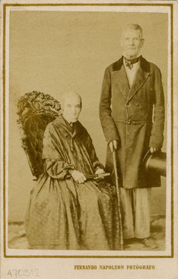 Mujer y hombre en estudio fotográfico, retrato
