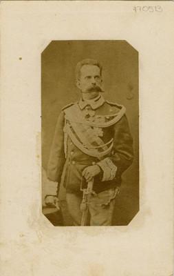 Militar con uniforme y condecoraciones, retrato