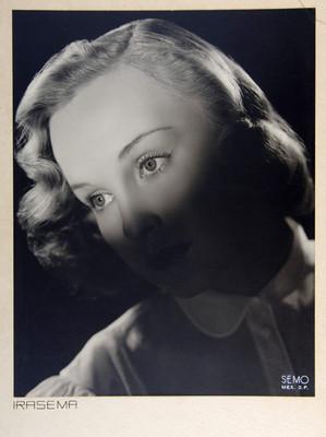 Irasema Dillian, con rostro hacia la derecha y luz sobre los ojos