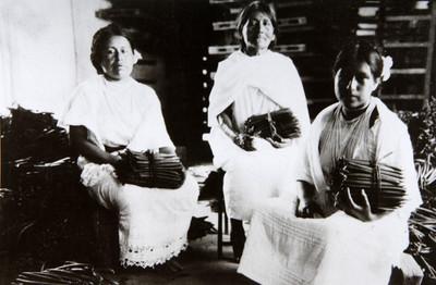 Natividad López Medina, Juan Vivanco López y otras personas en la inauguración del manantial El Sabino en San Nicolás Atecoxco
