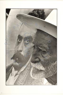 Campesino anciano junto a un retrato de Emiliano Zapata
