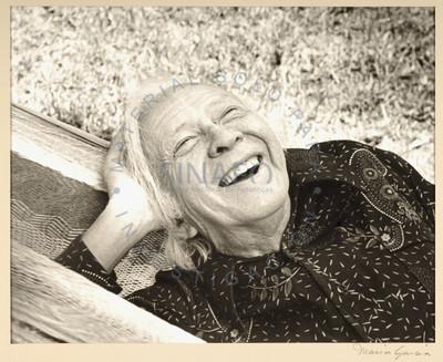 Anciana sonríe recostada sobre una hamaca
