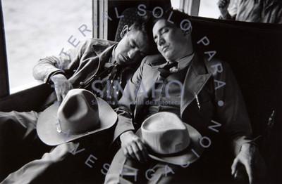 Hombres duermen al interior de un autotransporte