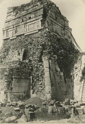 Fachada posterior del Templo de los Jaguares o Tigres durante su proceso de reconstrucción