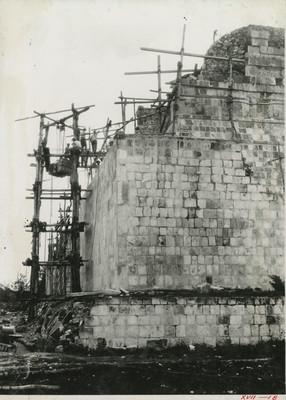 Hombres sobre andamios trabajan en la reconstrucción del Templo de los Tigres
