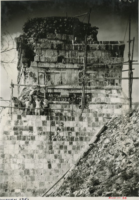 Hombres trabajan en la reconstrucción de los relieves y esculturas del Templo de los Tigres