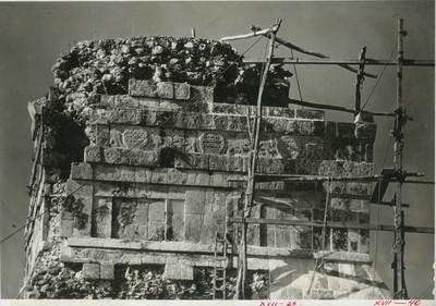 Relieves zoomorfos en la parte superior del Templo de los Jaguares, detalle