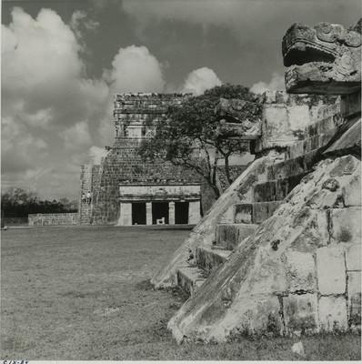 Vista del anexo inferior del Templo de los Jaguares desde la plataforma de las águilas y los jaguares