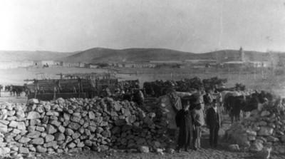 Francisco Villa acompañado de Elías Torres en los corrales de ganado