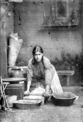 Una india moliendo su nixtamal [sic]