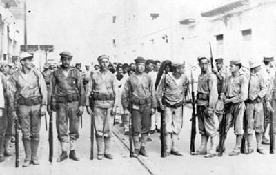 Marinos norteamericanos custodiando a los prisioneros mexicanos en una avenida