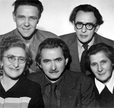 Simón Flechine junto a otras personas, retrato de grupo
