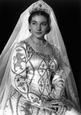 María Callas sentada de perfil tres cuartos, con las manos sobre su regazo, retrato