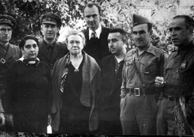 José Carbó acompañado de personas, retrato de grupo