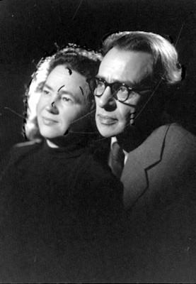 Senya Flechine y Mollie Steimer, juntos miran a la derecha, fondo oscuro, retrato