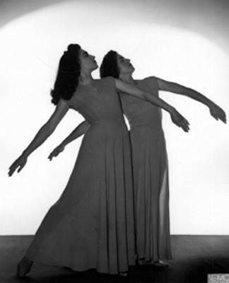 """Bailarinas de la """"Academia de Danza Mexicana"""", en posición dancística, retrato"""