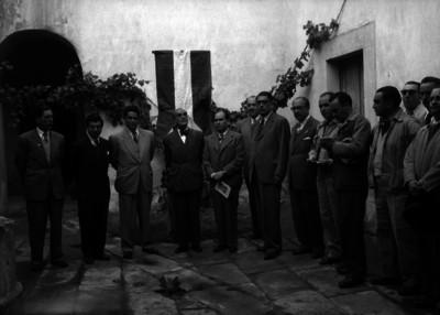 Ramón López Velarde, poeta acompañado de otras personalidades durante una ceremonia en su casa de Zacatecas