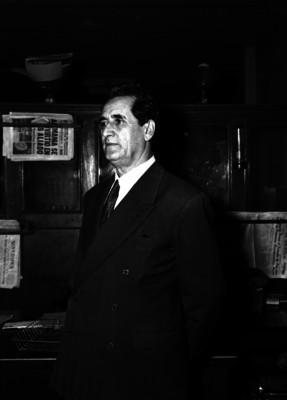 Gregorio López y Fuentes, director del Universal en una oficina, retrato