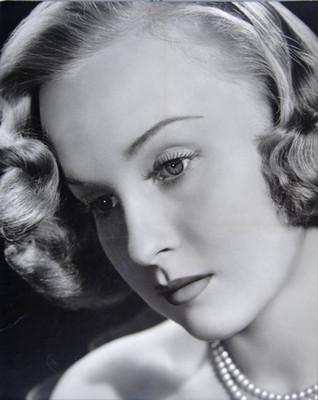 """""""Irasema Dillian"""", rostro en tres cuartos de perfil a la derecha, con collar de perlas, retrato"""