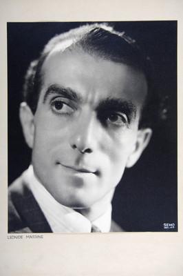 """""""Leonide Massine"""", rostro en tres cuartos de perfil a la derecha, fondo obscuro, retrato"""