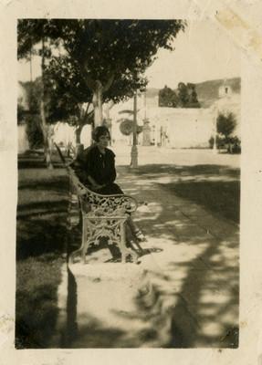 Mujer sentada en una banca del Parque Hidalgo
