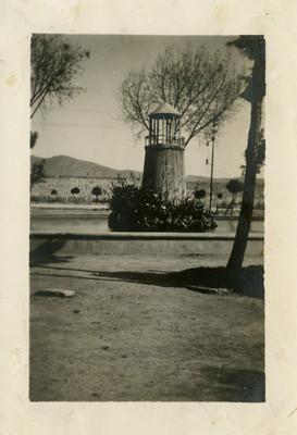 Fuente con un faro en el Parque Hidalgo, vista