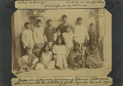Retrato de hombres, mujeres y niños otomíes